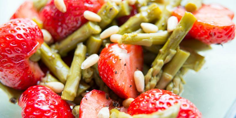 Essen fürs Hirn: Spargel-Erdbeer-Salat